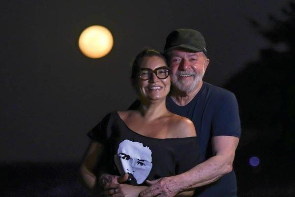 """Janja e Lula 600x400 1 - Janja posta foto com Lula e atributo físico do petista viraliza na web: """"de que jogador é esta coxa?"""""""