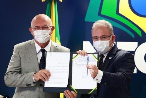 MINISTROS AULAS - Marcelo Queiroga e Milton Ribeiro assinam portaria com orientações para volta às aulas presenciais