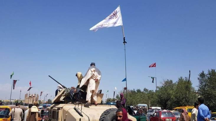 Membros da Taliba patrulham as ruas de Cabul apos assumirem o controle da capital afega e1629110812295 - Testemunhas relatam tiros e desespero em tentativa de fuga em massa de Cabul - VEJA VÍDEO