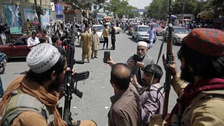 Morador de Cabul no Afeganistao tira selfie com militantes do Taliba que patrulham cidade e1629376953542 - Elogiado pelo PCO, Talibã agride e sequestra jornalistas no Afeganistão