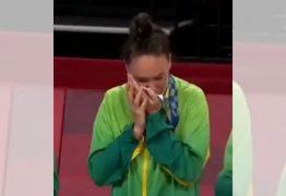 Carinho de Roberta com medalha de prata viraliza e comove na web – VEJA VÍDEO
