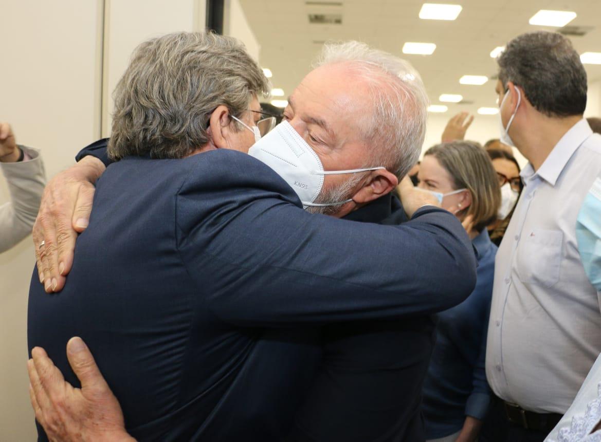 WhatsApp Image 2021 08 25 at 10.43.07 - APOIO À VISTA?: João Azevêdo recebe Lula com um forte abraço e conversam sobre eleições de 2022