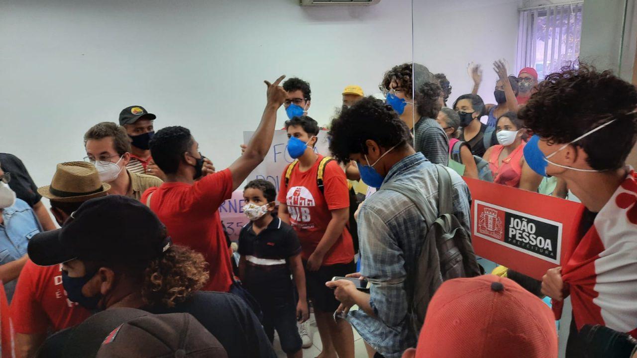 WhatsApp Image 2021 08 27 at 10.10.44 scaled - Famílias do Movimento Social Brasileiro ocupam gabinete do prefeito Cícero Lucena e cobram cestas básicas - VEJA VÍDEO