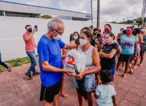 WhatsApp Image 2021 08 28 at 10.31.43 1 300x218 1 - Prefeito entrega kits alimentares a alunos de canoagem do projeto Campeões do Amanhã