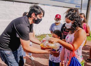 WhatsApp Image 2021 08 28 at 10.31.43 3 1 300x218 1 - Prefeito entrega kits alimentares a alunos de canoagem do projeto Campeões do Amanhã