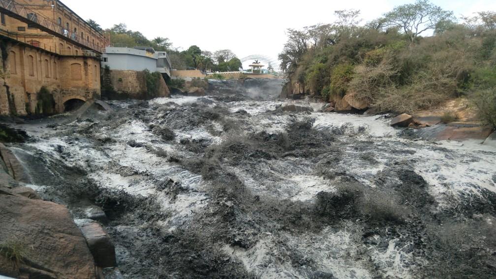agua do rio tiete fica escura em trecho que passa por salto - Água preta no rio Tietê impressiona moradores: 'Parece petróleo'