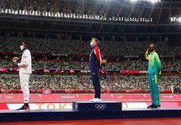 Alison dos Santos é o 1º atleta brasileiro a prestar continência no pódio