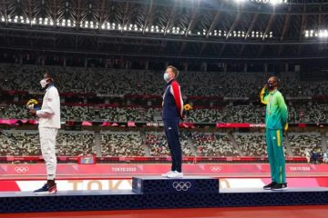 aliss 360x240 - Alison dos Santos é o 1º atleta brasileiro a prestar continência no pódio