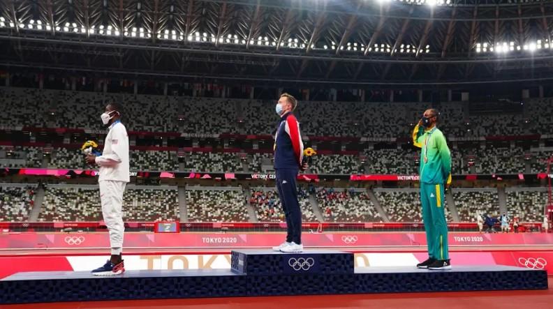 aliss - Alison dos Santos é o 1º atleta brasileiro a prestar continência no pódio