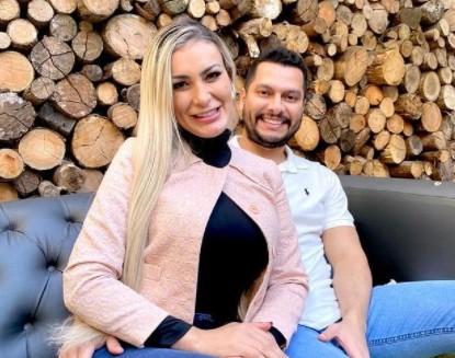 """andressa e marido - Marido de Andressa Urach diz que seu bebê usará """"azul de menino"""" e Instagram remove post"""