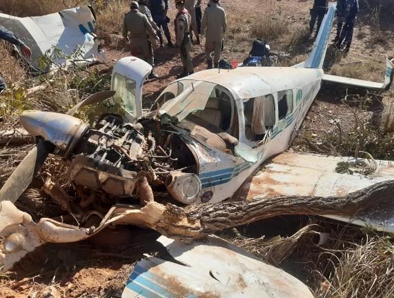 aviao 1 - Avião cai por falta de combustível e 4 pessoas ficam feridas