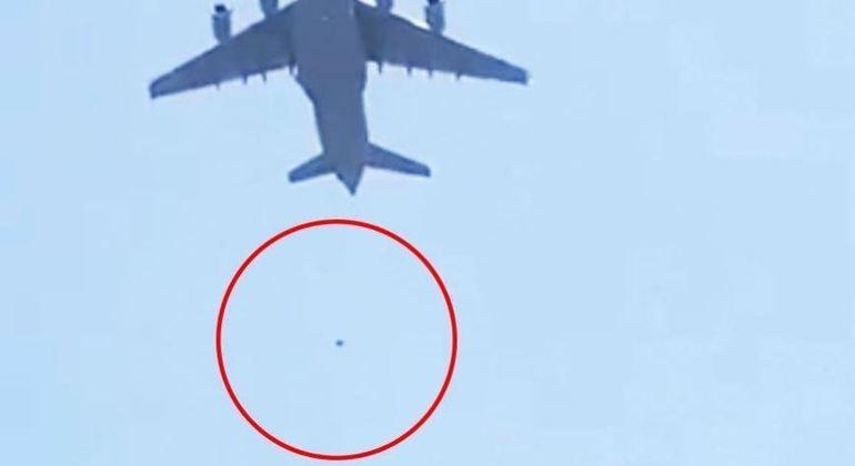aviao decolagem afeganistao cabul 16082021081210400 - DESESPERADOR! Vídeo mostra pessoas caindo de avião dos EUA que deixava Cabul