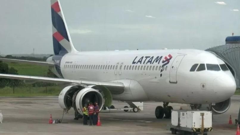 aviao latam - CONFUSÃO! Passageiro é detido após tentar invadir cabine de aeronave em voo que partia de Recife com destino à São Paulo