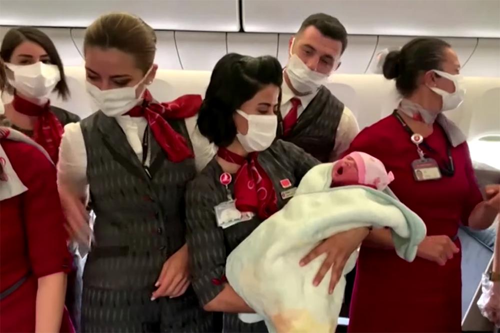 bebe2 - Afegã que fugia do Talibã dá à luz durante voo - VEJA VÍDEO
