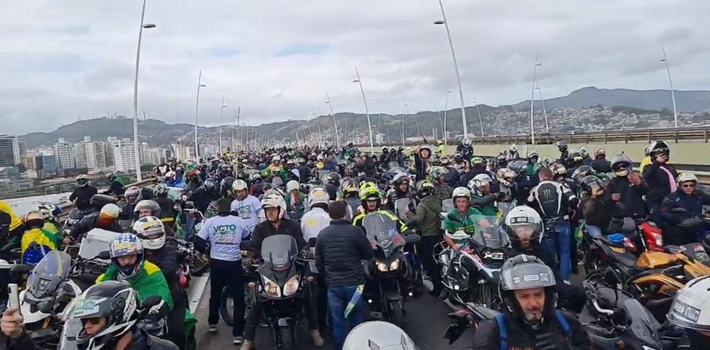 bolsonaro motociata - Sem máscara e causando aglomeração, Bolsonaro participa de motociata em Florianópolis neste sábado - VEJA VÍDEO