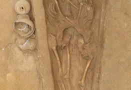 AMOR ATÉ O FIM: pesquisadores encontram na China esqueletos abraçados há 1.500 anos