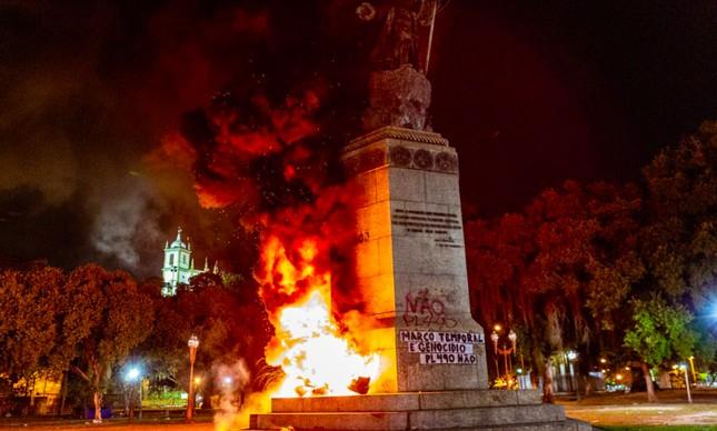 captura de tela 2021 08 25 as 11.05.29 - MARCO TEMPORAL E PL 490: Em protesto, estátua de Pedro Álvares Cabral é incendiada no RJ