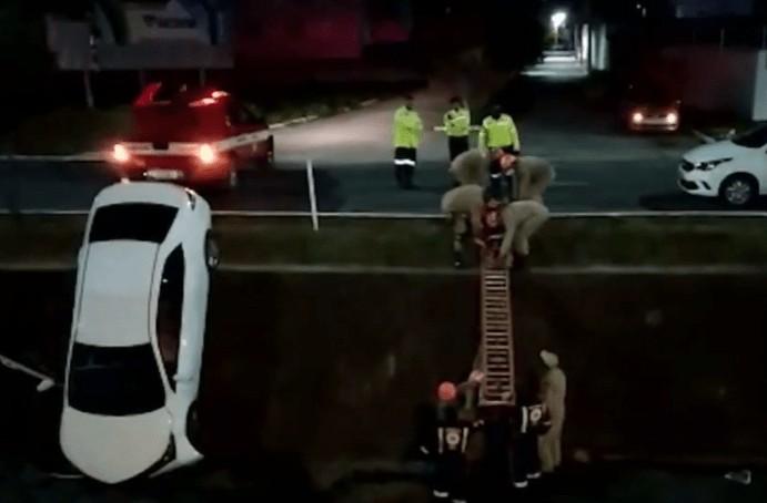 carro canal - SUSTO: carro cai dentro de canal em Campina Grande e imagem impressiona
