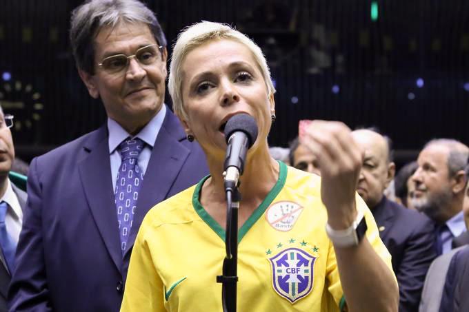 cristiane brasil roberto jeferson 20160417 001 - Filha de Roberto Jefferson afirma que Ministério Público vai ter problema se tirar pai do comando do PTB