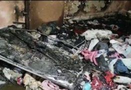 Após esfaquear esposa, homem a tranca com bebê e ateia fogo em casa