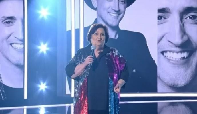 """dea lucia - Emocionada, Déa Lúcia, mãe de Paulo Gustavo, presta homenagem a filho: """"Era a própria esperança"""" - VÍDEO"""