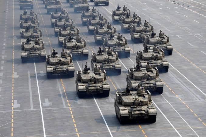 """desfile tanques - Deputado bolsonarista usa foto de exército chinês para elogiar desfile de blindados em Brasília: """"Mexeu com meu patriotismo"""""""