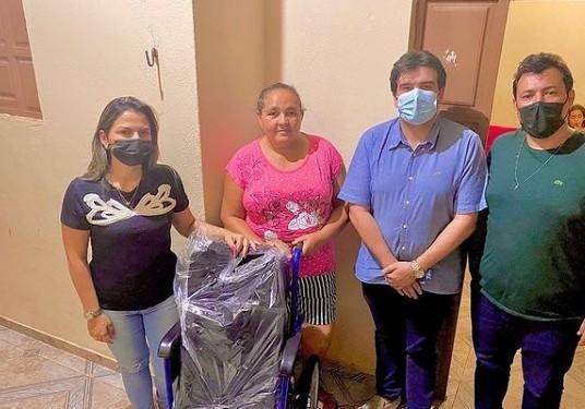 eduardo 1 536x375 1 - Em Sapé, Eduardo Carneiro visita abrigo de idosos ao lado de lideranças locais e faz entrega de cadeira de rodas e de banho