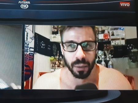 facincani aparece sem camisa na espn brasil 1629934371651 v2 450x337 - Comentarista da ESPN Brasil aparece sem camisa em transmissão - VEJA VÍDEO