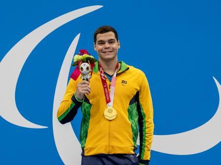 gabriel bandeira posa com medalha de ouro dos 100m borboleta da classe s14 1629886102864 v2 450x337 - PARALIMPÍADAS DE TÓQUIO: Brasil ganha primeiras medalhas de ouro e prata na natação