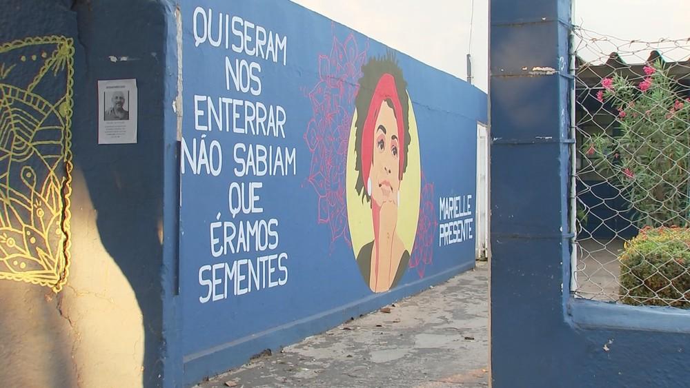 marielle - Escola decide apagar arte com rosto de Marielle Franco em muro após votação em conselho de pais, professores e alunos