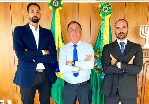 """mauricio souza bolsonaro e eduardo - Maurício Souza, jogador de vôlei, presenteia Eduardo e Jair Bolsonaro com camisa: """"Uma honra"""""""