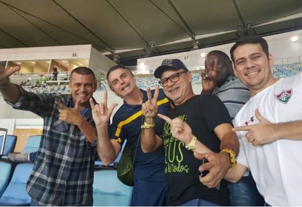 """metra - Em post sobre ex-amigos, Queiroz sugere: """"Metralhadora cheia de balas"""""""