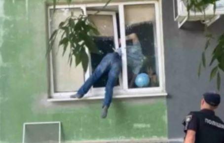 namorad - Homem fica preso em janela de apartamento da ex-namorada
