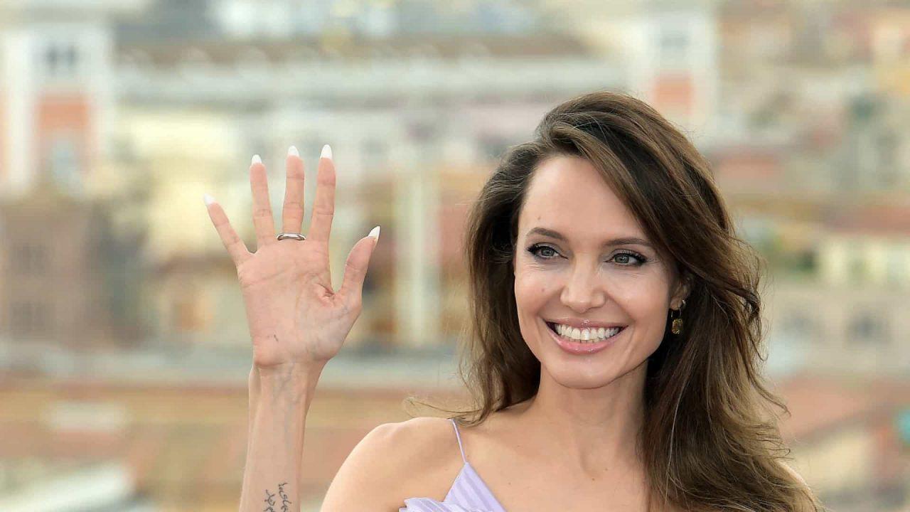 naom 6021bdb337a09 scaled - Angelina Jolie estreia no Instagram com carta de garota afegã