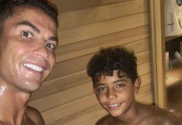 Em foto com filho mais velho, Cristiano Ronaldo publica mensagem aos fãs