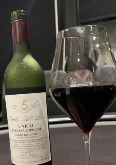neymar vinho - Neymar posta foto tomando vinho e preço choca fãs: 'Pagava todos meus boletos'