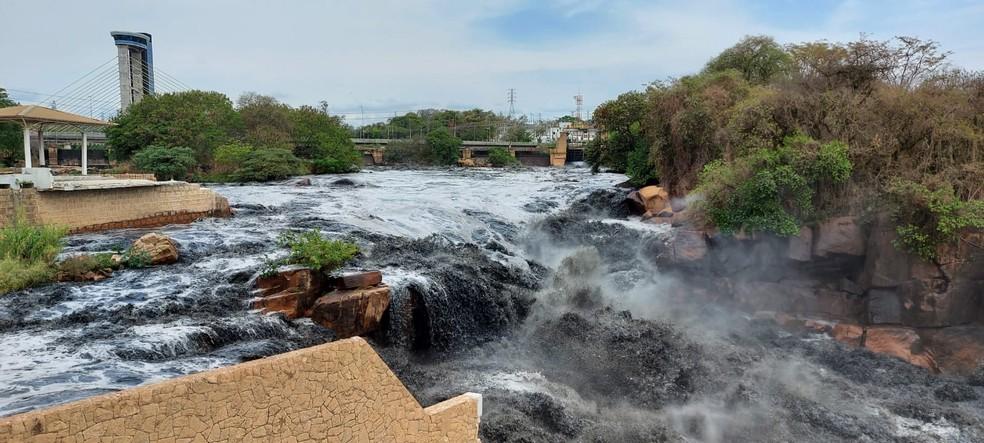 rio tiete em salto - Água preta no rio Tietê impressiona moradores: 'Parece petróleo'