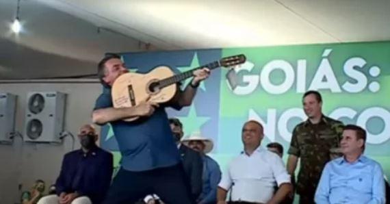 scc - Bolsonaro é presenteado com violão autografado por sertanejos e faz gesto de arma
