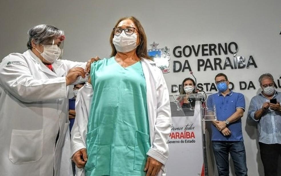 vacina enfermeira2 1 - Mais da metade da população paraibana já recebeu pelo menos uma dose da vacina contra covid-19