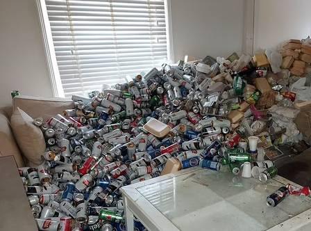 xblog cans.jpg.pagespeed.ic .nUL4x0oQRS - Despejado após não pagar aluguel, inquilino deixa 8 mil latas de cerveja vazias em apartamento