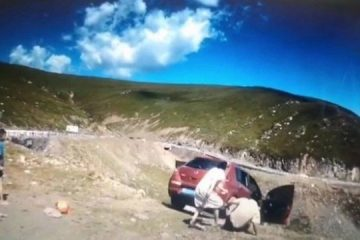 xblog china.jpg.pagespeed.ic .pddbVp7piU 360x240 - Família para diante de paisagem, mas carro cai em penhasco com uma pessoa a bordo - VEJA VÍDEO