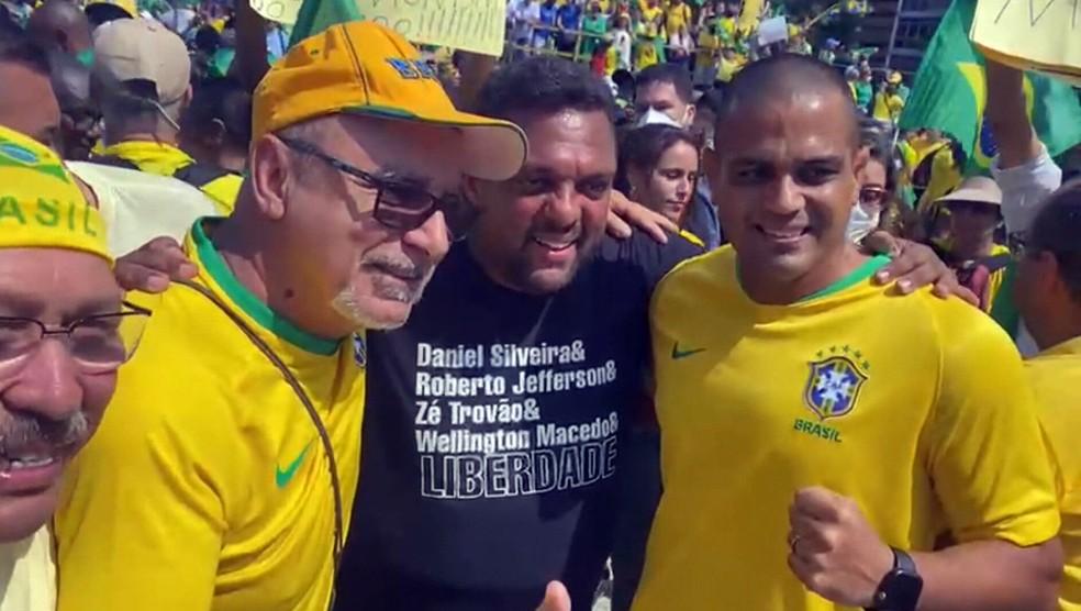07copa11 - PÁTRIA AMADA, BRASIL!: Investigado, Queiroz vai a ato e tira foto com totem de Roberto Jefferson