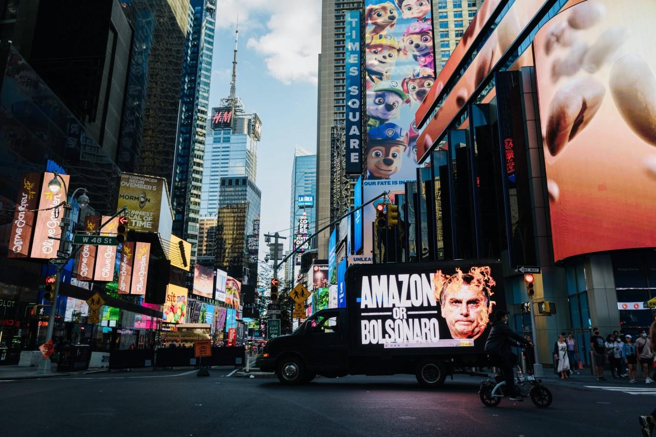 163217877761491259c5156 1632178777 3x2 rt - Bolsonaro vira 'criminoso climático' em ação nas ruas de NY antes de Assembleia da ONU