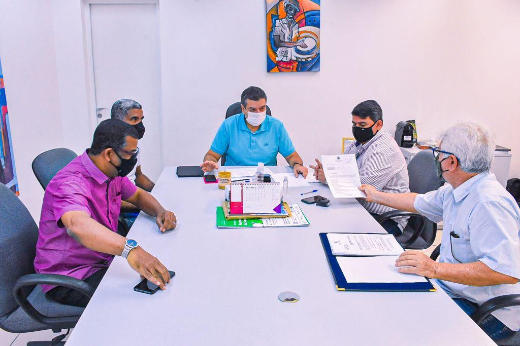 17.09.2021 Dinho e Diego Tavares2 - Presidente da CMJP entrega autógrafo de PLO que autoriza abertura de crédito financeiro para Botafogo-PB