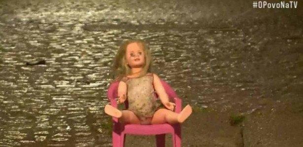 1 boneca do mal 18739095 - SUCESSO DO TERROR: Boneca sentada em cadeira 'faz segurança' de rua no Recife e viraliza nas redes sociais