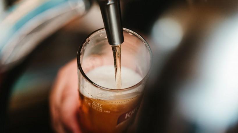 1 mao segurando copo enquanto enche de cerveja 16911117 - PREPARE O BOLSO! Ambev anuncia que irá aumentar o preço das cervejas a partir de outubro