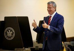 """É perigo para outras pessoas"": Prefeito de NY pede a Michelle que mande Bolsonaro se vacinar contra Covid-19"