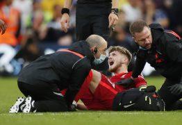 Atacante do Liverpool sofre grave lesão no tornozelo e deixa campo de maca -VEJA