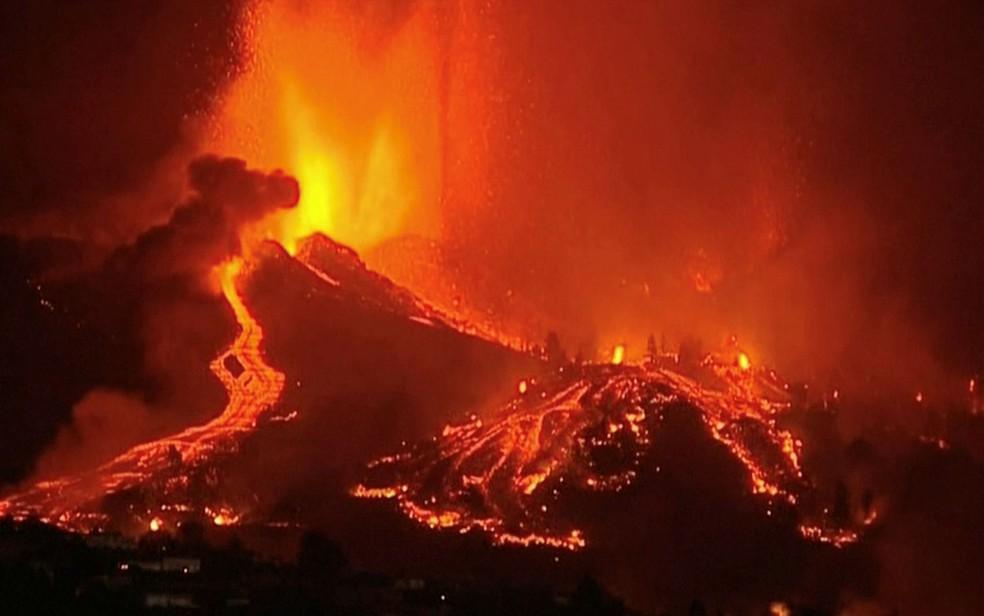 2021 09 19t202609z 1883831122 rc28tp9435ba rtrmadp 3 spain volcano lava night - Lava de vulcão nas Canárias chega a casas, e milhares de pessoas fogem - VEJA VÍDEO
