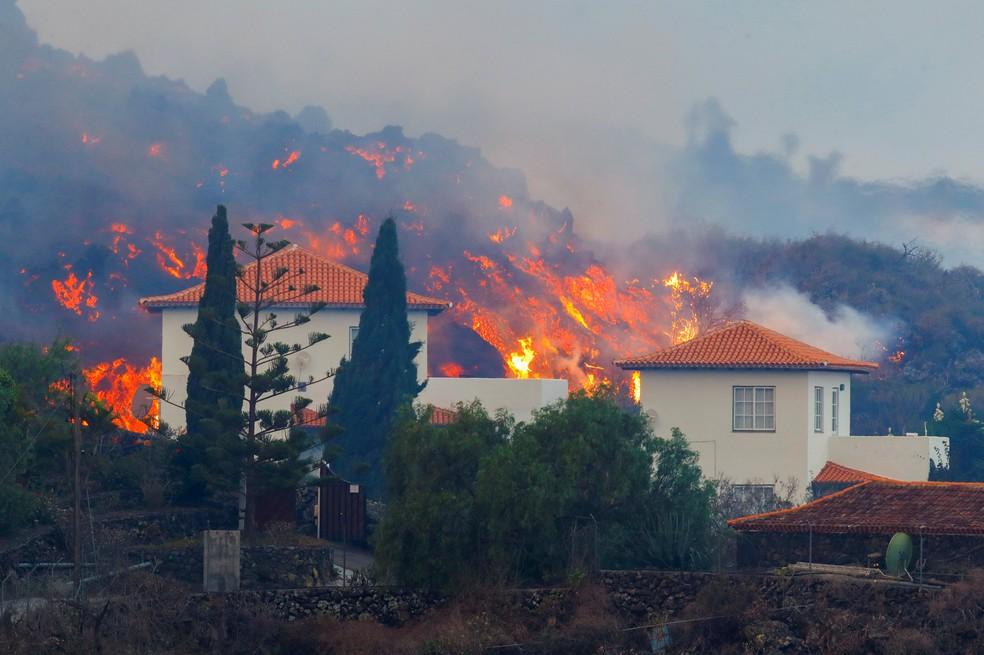 2021 09 20t081618z 1347725696 rc2ktp9k1xzj rtrmadp 3 spain volcano - Lava de vulcão nas Canárias chega a casas, e milhares de pessoas fogem - VEJA VÍDEO